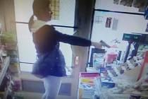 Policie pátrá po této ženě, která přepadla obchod v Liberci