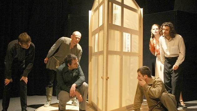 Herci Naivního divadla nyní nastudovali koláž z díla Daniila Charmse.