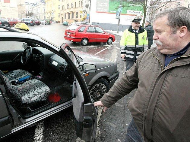 POD POHRŮŽKOU POUŽITÍ PISTOLE získal lupič v bance v Jablonci sto tisíc. Úřednice mezi peníze vložila znehodnocující kapsli, která bouchla v taxíku (na snímku), do kterého lupič nasedl .