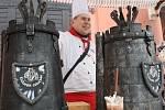 Tradiční vánoční trhy u zámku Sychrov nabízely návštěvníkům vánoční zboží ve stáncích a vystoupení hudebníků, tanečníků, žongléra a pravý čertovský guláš, uvařený v pekelném kotli před branou zámku.