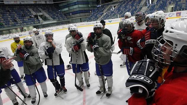 STARŠÍ dorostenci hokejového klubu Piráti Chomutov při odpoledním tréninku.