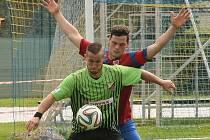 TĚSNÉ BRÁNĚNÍ. U míče je studánecký Pavel Grepl, za ním Martin Kotek z Rynoltic.