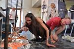 V huti železnobrodské sklářské školy tvořili za pomoci sklářských mistrů svá díla tři výtvarníci – Irena Czepcová, Marta Havlíčková a Tadeáš Podracký. Všichni symposisté představí své práce v sobotu 14. září v 15. hodin v Městském muzeu.