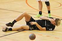 FAULOVANÝ STŘELEC LIBERCE. Na zemi je Matyáš Burda, který vstřelil hostům osm gólů. Na výhru ale nestačily.