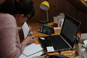 Jana Patková z Člověka v tísni pomáhá se školou dětem na Frýdlantsku on-line. Bez její pomoci by výuku na dálku zvládaly mnohé jen těžce.
