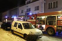 NOČNÍ ZÁSAH. U požáru skladu nábytku v semilské ulici Ke Stadionu zasahovala jedna profesionální a čtyři dobrovolné hasičské jednotky s šesti cisternami a vysokozdvižnou plošinou.