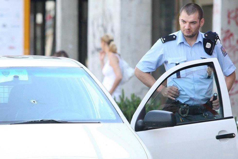 Zatím neznámý pachatel se pokusil okrást bezpečnostní agenturu, jejíž pracovníci právě doplňovali peníze do bankomatu na sídlišti Broumovská v Liberci.