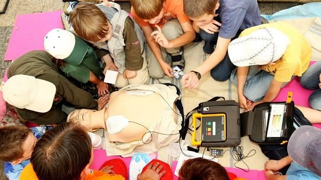 Jak zachránit život poskytnutím první pomoci formou dýchání a srdeční masáže předváděli záchranáři dětem a veřejnosti na náměstí Dr.E.Beneše.