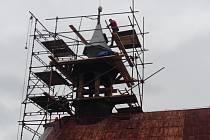 Kostel svatého Vojtěcha v libereckém Ostašově, respektive jeho věžička nyní prochází rozsáhlou rekonstrukcí.