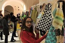 Stovky lidí si v sobotu odpoledne přišly do libereckých lázní vybrat některou z mnoha ručně šitých tašek.