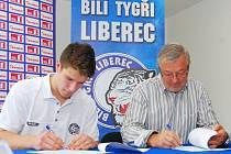 PODPIS TYGRŮM. Nadějný junior Pavel Zacha podepisuje profesionální smlouvu s Bílými Tygry. Zástupcem HC je generální manažer Ctibor Jech.