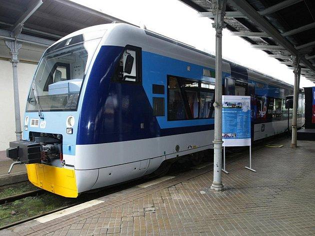 """Moderní švýcarské Stadlery zůstávají v depu. Prozatím je na Jizerskohorské železnici nahradí starší motorové vozy řady 843, známé mezi lidmi jako """"Kvatro"""" nebo """"Rohlík"""", které se vyráběly před 16 lety a které na této trati doposud jezdily."""