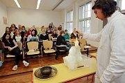 Liberečtí studenti zažili fascinující hodinu chemie, která předčila i pověstnou školu hrou.