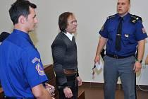ZAVRAŽDIL ŽENU. Sedmapadesátiletý muž je obviněn z vraždy své čtyřiadvacetileté partnerky.