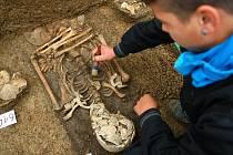 HOTOVÝ POKLAD. Archeologové odkrývají v okolí kostela sv. Antonína hroby na nejstarším pohřebišti v Liberci. Unešeni jsou nejen stářím některých ostatků, ale i předměty v hrobech.