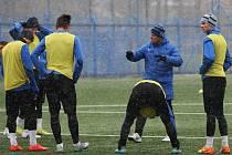 PRVNÍ TRÉNINK. Uprostřed je trenér Pavel Čapek, vysvětlující své záměry hráčům.