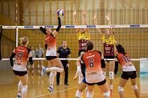 BLOK NA SÍTI. Liberecké volejbalistky se snaží zablokovat útok svých soupeřek. Dukla slaví vítězství v základní části.