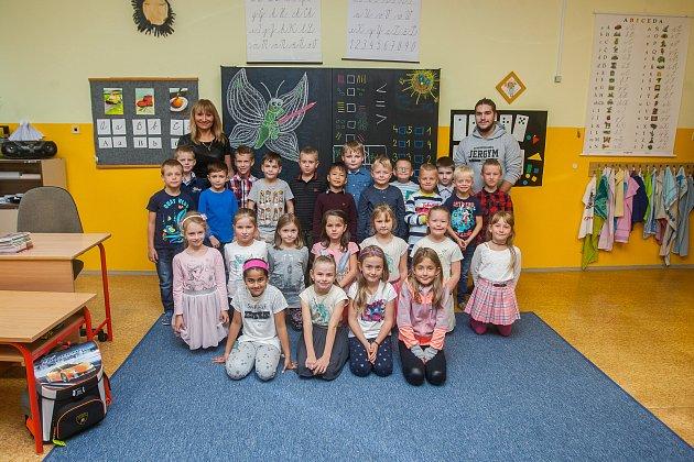 Prvňáci ze základní školy Dobiášova vLiberci se fotili do projektu Naši prvňáci. Na snímku je snimi třídní učitelka Vlaďka Procházková (vlevo) a asistent Adam Velechovský (vpravo).