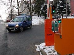 ZÁVORY A AUTOMATY. Liberecká nemocnice rozšíří parkovací místa a zavede placení prostřednictvím automatů.