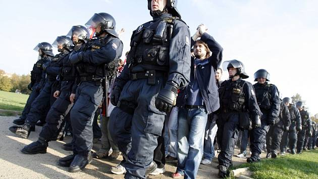 POLICII BUDOU CHYBĚT LIDI. Nedostatek policistů údajně lidé nepoznají, bezpečnost bude střežena jako dřív.