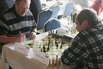 JAROSLAV NOVOTNÝ z Deska Liberec (vpravo) v 3. kole remizoval s Francouzem André Klucznikem.