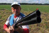 Rozhodčí a zároveň jeden ze soutěžících Jaroslav Zahrádka.