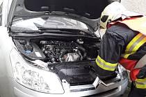 U Kunratic hořelo auto. K požáru spěchali hasiči
