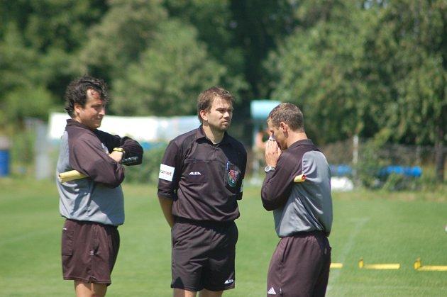 Emil Ubias uporstřed, vlevo je další zkušený arbitr Zdeněk Nádeník a vpravo Jiří Kříž.