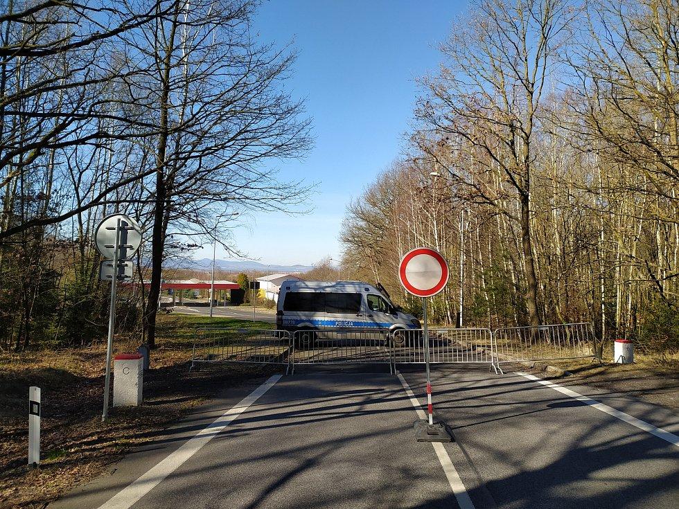 Hraniční přechod do Polska v Bogatynii je zavřený. Hlídka na hranicích vrací polské řidiče zpátky. Na české straně hranice je klid, prázdnou silnici využívají pejskaři k procházkám.