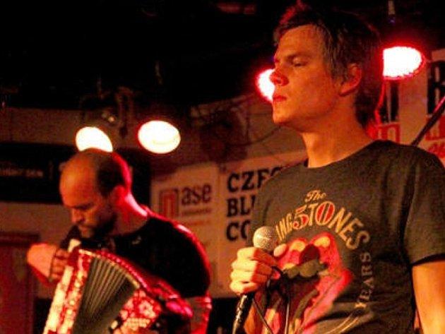 ZRNÍ NA RAMPĚ. Kapela v Jablonci odehrála téměř všechny písně z poslední desky Soundtrack ke konci světa, které doplnilo několik věcí z desky Počítačový hrdina jde do světa z roku 2011.