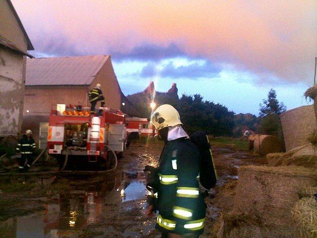 V Troskovicích vzplál stoh slámy. Na místě zasahovalo 43 hasičů. Oheň způsobily děti.