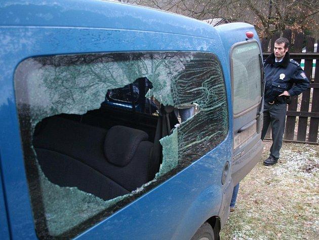 ROZBITÉ OKÉNKO A NEŠŤASTNÝ MAJITEL. Tak většinou vypadá případ, ve kterém zloděj vyloupí něčí auto. Nejlepší prevencí je podle policie nenechávat uvnitř žádné věci na viditelných místech. Ilustrační foto