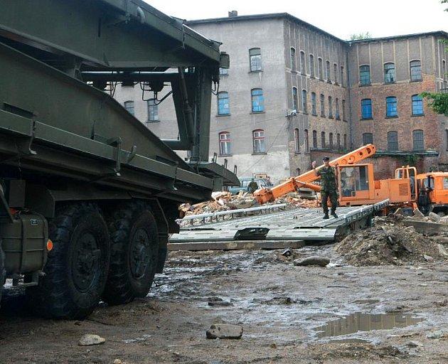Vojaci ze speciální ženijní jednotky stavěli po srpnových povodních v Chrastavě most. Bude sloužit jako provizorium a není určet pro osobní dopravu. Jezdit po něm budou kamiony do průmyslové zóny a má odlehčit přetížené Pobřežní ulici.