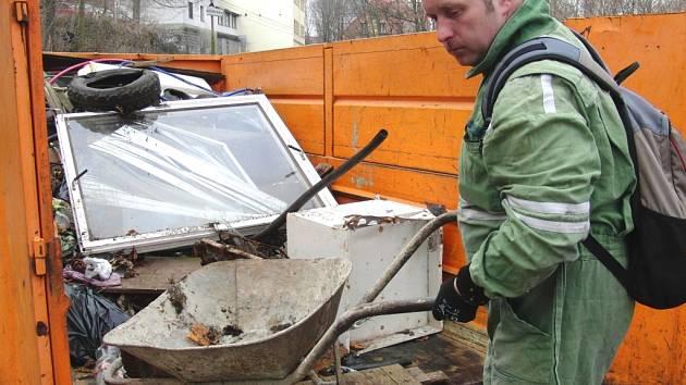 Lidé bez domova uklízejí okolí ZUŠ.