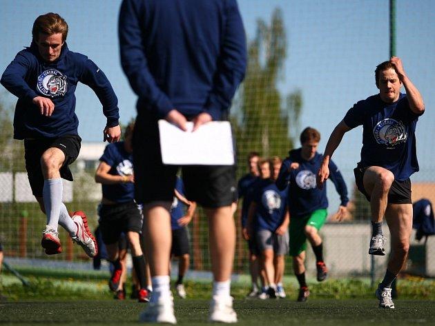 Uprostřed trenér týmu Pavel Hynek, vlevo Filippi.