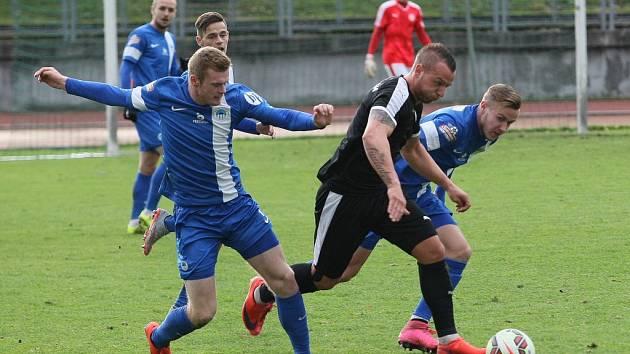 FUTURE LIGA. Mezi libereckými hráči Filipem Henzlem (vlevo) a Ondřejem Machučou se probíjí Toni Lindenhahn. Na snímku vedle střílí Karel Knejzlík gól.