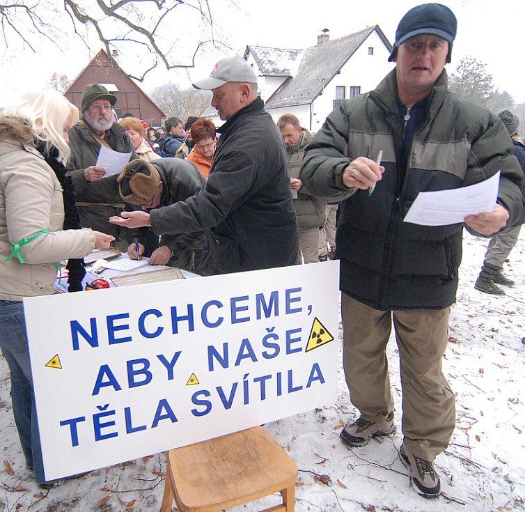 První demonstrace v obci Kotel, kde obyvatelé Podještědí vystoupili proti uranu se uskutečnila za mrazivé soboty v prosinci roku 2007. Navzdory nepřízni počasí na ní přišlo několik stovek lidí.
