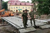 Vojaci ze speciální ženijní jednotky staví v Chrastavě most. Bude sloužit jako provizorium a není určet pro osobní dopravu. Jezdit po něm budou kamiony do průmyslové zóny a má odlehčit přetížené Pobřežní ulici.