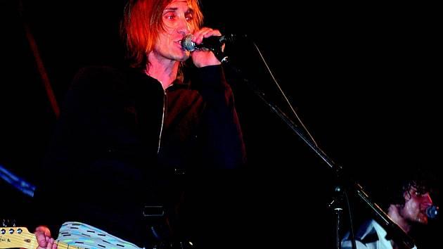 SLUNEČNÍ ENERGIE. Vystoupení kapely táhl na Hrádeckém rockovém létě především frontman Kay.
