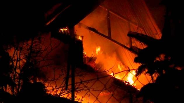 Chata ve Vratislavicích nad Nisou shořela. Popálený třiadvacetiletý mladík, který v ní spal, utekl.