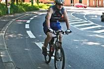 UŽ TUDY JEZDÍ. Nový úsek cyklostezky sice město pokřtí až za pár dní, ale cyklisté se na dovolení neptají a už tudy jezdí.