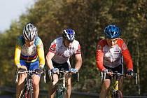 VÝJEZD NA JEŠTĚD. Na snímku jsou liberečtí cyklisté Ing. Miroslav Bien a Jan Pavelka z KC Pivovar Vratislavice, vlevo jede Petr Bauer  z  CK Příbram B.E.I.