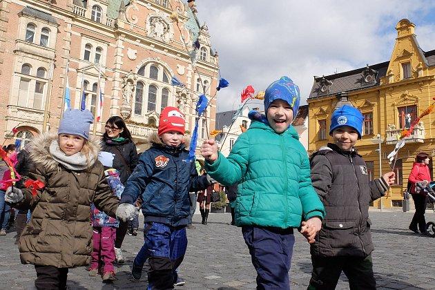 Frýdlantské děti opět vynášeli Morenu. Tradiční akce se konala vden jarní rovnodennosti.