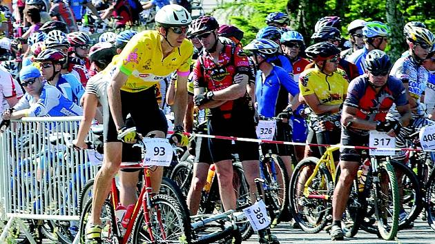 HROMADNÝ START. Pořadatelé Cyklo Jizerské 50 letos pro závodníky připravili obtížnější trať než v minulých letech. Vladimír Blažek se startovním číslem 93 dojel na 251. místě.