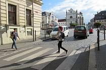 STÁVAJÍCÍ PŘECHOD v Hluboké ulici se posune o pár metrů blíž k náměstí. Tam se ukrojí část z dosavadní volné plochy a rozšíří se chodník naproti u Belgického dvora.