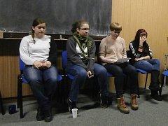 Literární podvečer nabídl odlišný pohled na mladé lidi. Studenty oslovilo společné čtení.