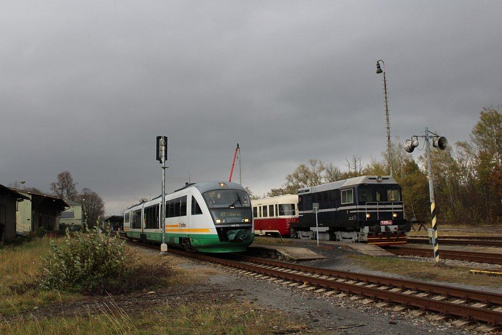O víkendu 2.-3. listopadu 2019 proběhly na trati z Liberce do Žitavy oslavy 160 let trati. Na snímku zvláštní historický a běžný vlak ve stanici Hrádek nad Nisou.