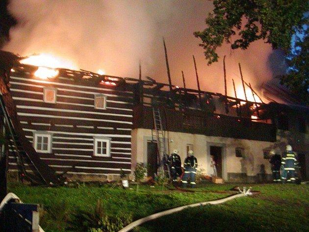 PES ZAŠTĚKAL. Střecha a horní patro chalupy lehlo popelem. Spodní patro zaplavila voda při hašení. Život dvou dospělých a dvou dětí zachránil štěkající pes.