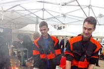 Patrik Berger a Lukáš Černý jsou studenti 2. ročníku Střední odborné školy Liberec, obor strojník - zámečník. Na náměstí předvedli, že to umí i s kovářskou výhní.