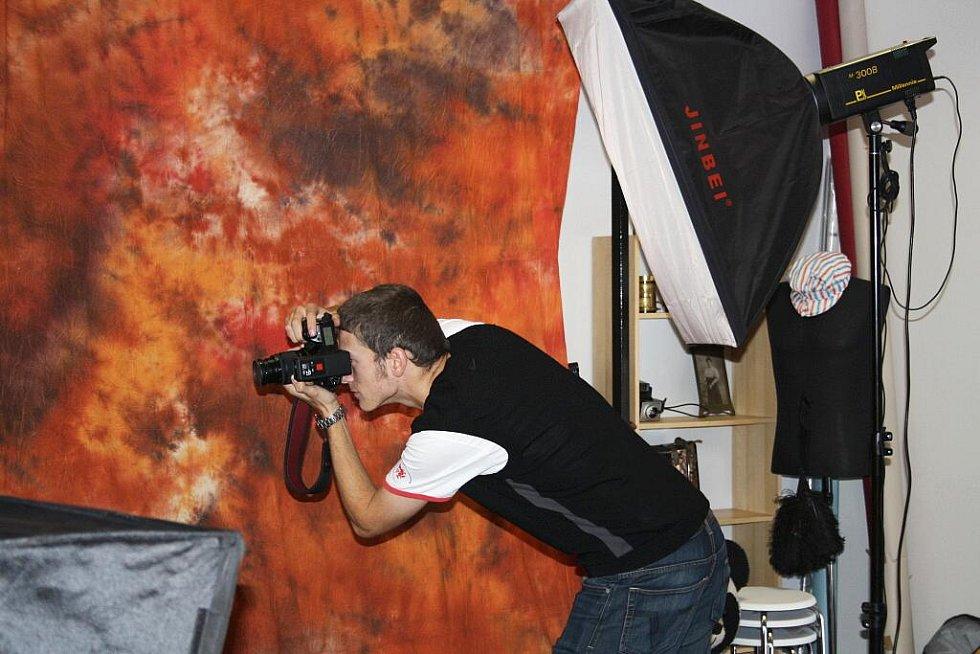 Na fotografii jsem zachycen při focení průkazového snímku. Byla to má první ostrá zkouška s fotoaparátem v ateliéru u Šimona Pikouse v Liberci.